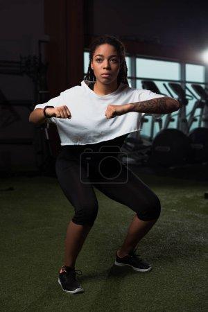 Photo pour Femme afro-américaine échauffement avant l'entraînement en salle de gym - image libre de droit