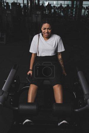 Photo pour Femme afro-américaine faire de l'exercice pour les abdos dans la salle de gym - image libre de droit