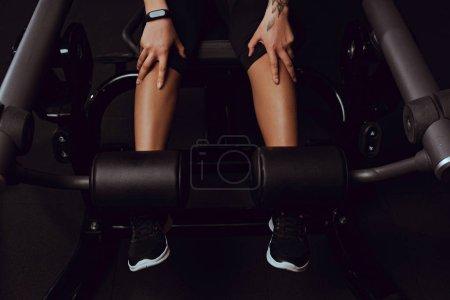 vue recadrée de femme afro-américaine travaillant sur un appareil de fitness