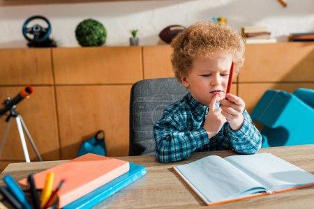 Photo pour Focus sélectif du stylo de retenue pour enfant mignon et intelligent à la maison - image libre de droit