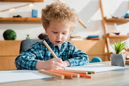 Photo pour Foyer sélectif du dessin d'enfant au bureau - image libre de droit