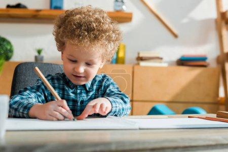 Photo pour Foyer sélectif de dessin bouclé enfant à la maison - image libre de droit