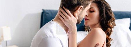Photo pour Plan panoramique de copine attrayante baisers et câlins avec petit ami - image libre de droit