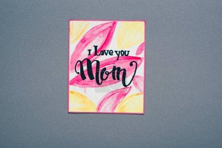 Photo pour Vue du dessus de la carte de vœux avec je t'aime maman lettrage isolé sur gris - image libre de droit