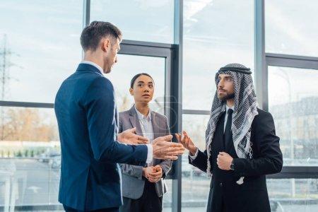 Photo pour Des gens d'affaires multiculturels discutant des travaux sur la rencontre avec un traducteur dans un bureau moderne - image libre de droit