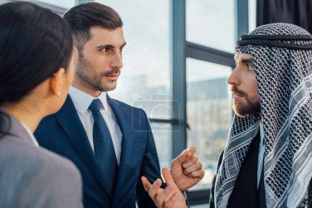 Photo pour Des gens d'affaires multiculturels discutant des travaux sur la rencontre avec le traducteur au bureau - image libre de droit
