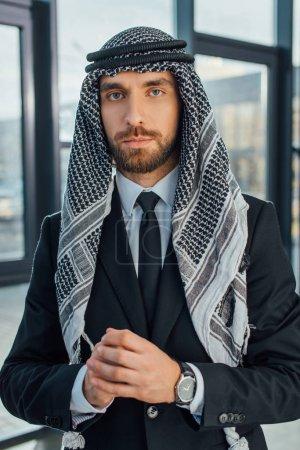 Photo pour Bel homme d'affaires arabe dans un bureau moderne - image libre de droit