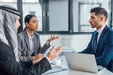 Photo pour Partenaires commerciaux multiculturels discutant du contrat de rencontre avec un traducteur en poste - image libre de droit