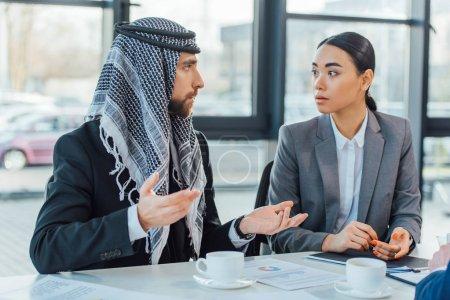 Foto de Empresario árabe que habla con el hombre de negocios cuando se reúne en el cargo - Imagen libre de derechos