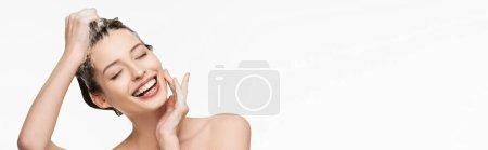 Photo pour Photo panoramique de joyeuse fille se lavant les cheveux en touchant le visage isolée sur blanc - image libre de droit