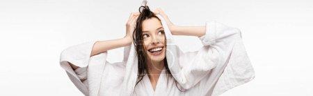 Photo pour Plan panoramique de fille heureuse essuyant les cheveux propres humides avec une serviette éponge blanche tout en regardant loin isolé sur blanc - image libre de droit
