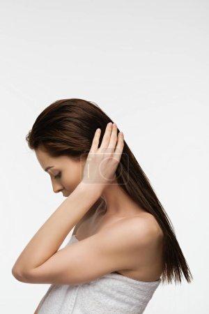 Photo pour Séduisante jeune femme se touchant long cheveux propres isolés sur blanc - image libre de droit