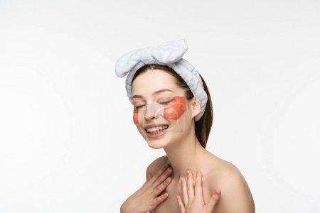 Photo pour Une fille souriante avec des plaques de collagène en forme de lèvre touchant la poitrine isolée sur - image libre de droit