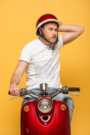 Photo pour Cher livreur dans casque scooter équitation isolé sur jaune - image libre de droit