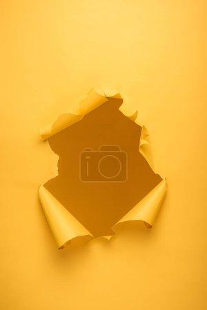Foto de Agujero roto en textura de papel amarillo con espacio de copia. - Imagen libre de derechos