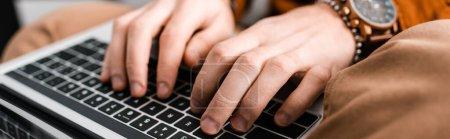 Photo pour Vue recadrée de l'artiste 3D tapant sur le clavier de l'ordinateur portable, prise de vue panoramique - image libre de droit