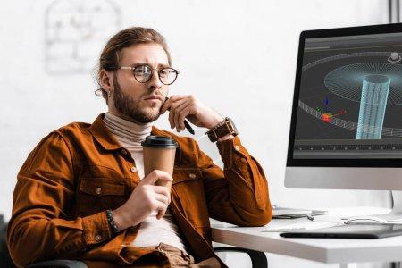 Photo pour Pensive concepteur numérique tenant café pour aller et stylet près du projet de conception 3D sur écran d'ordinateur sur la table - image libre de droit
