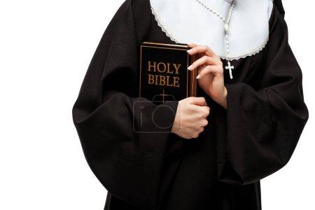 Photo pour Vue recadrée de nonne tenant bible sainte isolé sur blanc - image libre de droit