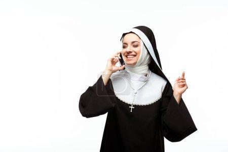 Photo pour Belle nonne heureuse parlant sur smartphone isolé sur blanc - image libre de droit