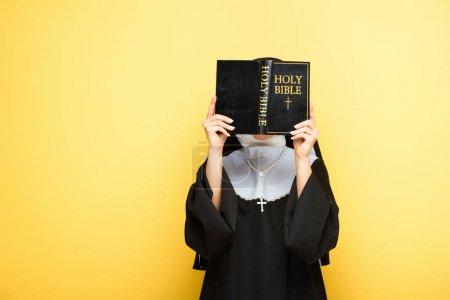 Photo pour Jeune religieuse lecture sainte bible sur gris - image libre de droit