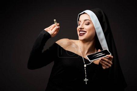 Photo pour Nonne heureuse tenant billet en dollar et smartphone avec des lignes de cocaïne isolées sur gris - image libre de droit