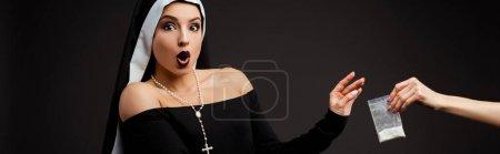 Photo pour Plan panoramique de nonne sexy surprise prenant sac en plastique avec cocaïne isolé sur gris - image libre de droit