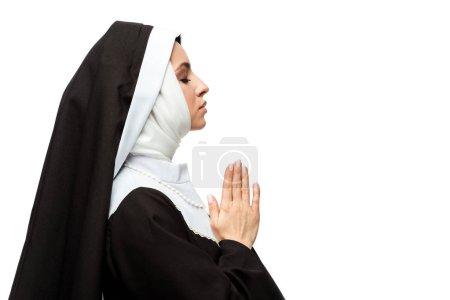 Photo pour Jolie religieuse priant avec les yeux fermés et les mains ensemble isolé sur blanc - image libre de droit