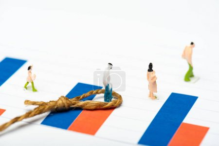 Photo pour Concentration sélective des personnages figure près de ficelle avec noeud sur les graphiques sur la surface blanche, concept d'égalité - image libre de droit
