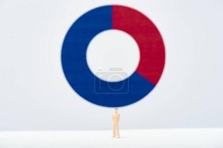 Photo pour Concept d'inégalité avec les gens figure sur la surface blanche avec le diagramme rouge et bleu à l'arrière-plan - image libre de droit