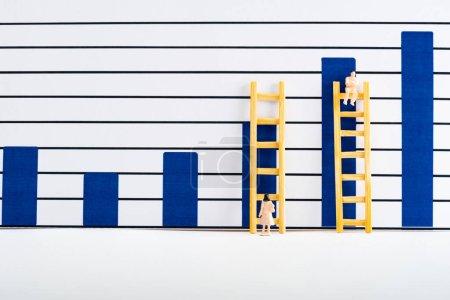 Photo pour Personnages avec échelles près des tableaux sur la surface blanche, concept d'égalité - image libre de droit