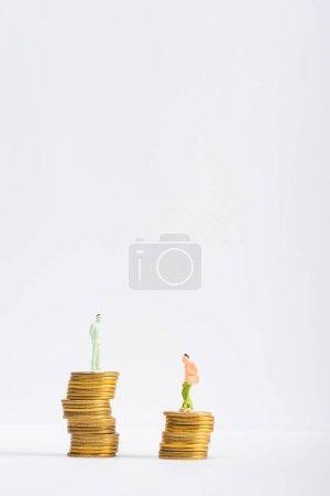 Photo pour Chiffres humains sur pièces d'or sur surface blanche isolés sur gris, concept d'égalité financière - image libre de droit