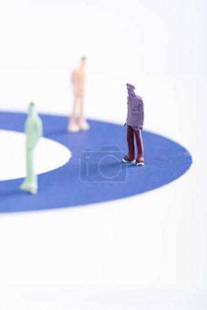 Photo pour Concentration sélective des personnages sur le diagramme bleu isolé sur le blanc, concept d'inégalité - image libre de droit