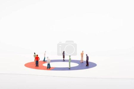 Photo pour Figures de jouet sur le diagramme sur surface blanche isolé sur blanc, concept de disparité - image libre de droit
