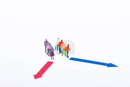Photo pour Figurines en plastique près des flèches rouges et bleues isolées sur blanc, concept d'égalité - image libre de droit