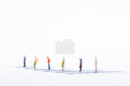 Photo pour Concentration sélective des personnages sur les tableaux bleus isolés sur le blanc, concept d'égalité - image libre de droit