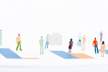 Photo pour Concentration sélective des personnages sur la surface avec des graphiques isolés sur le blanc, concept d'égalité - image libre de droit