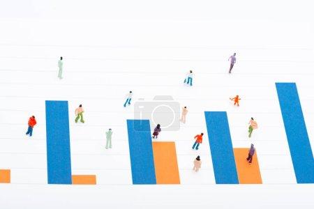 Photo pour Vue en angle élevé des personnes figures sur la surface des cartes isolées sur blanc, concept d'égalité - image libre de droit