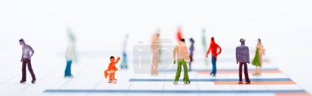 Photo pour Concept d'égalité avec les personnes en plastique figures sur la surface avec des graphiques isolés sur blanc, vue panoramique - image libre de droit