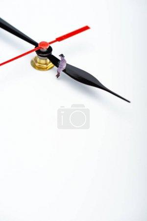 Photo pour Vue grand angle des personnes figure sur le pointeur de l'horloge sur la surface blanche avec espace de copie, concept de vieillissement - image libre de droit