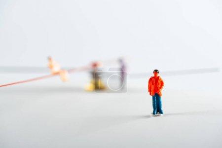 Photo pour Concentration sélective des personnes figure près des poupées et des flèches de l'horloge sur la surface blanche, concept de sénescence - image libre de droit