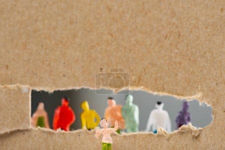 Photo pour Vue rapprochée du jouet près du carton avec trou et silhouettes de personnages isolés sur gris, concept de droits sociaux - image libre de droit