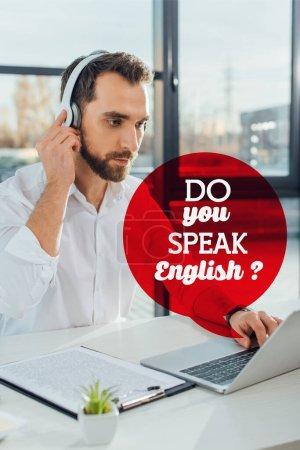 Photo pour Traducteur professionnel travaillant en ligne avec écouteurs et ordinateur portable, parlez-vous l'anglais ? - image libre de droit