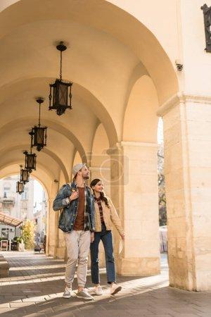 Photo pour Petit ami et petite amie marchant ensemble en ville - image libre de droit