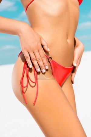 Photo pour Crochet vue de belle fille sexy en maillot de bain sur la plage - image libre de droit