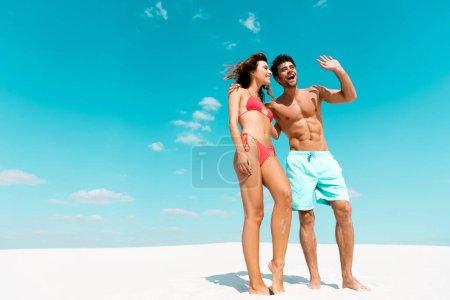Photo pour Joyeux jeune couple ensemble sur une plage de sable - image libre de droit