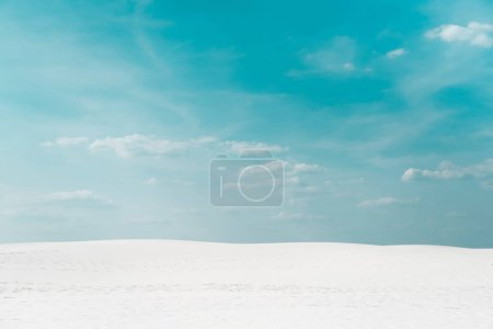Foto de Hermosa playa limpia con arena blanca y cielo azul con nubes blancas. - Imagen libre de derechos