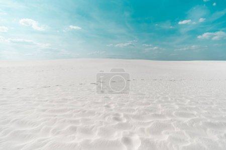 Photo pour Belle plage propre avec sable blanc et ciel bleu avec des nuages blancs - image libre de droit