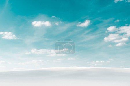 Foto de Hermosa playa de arena blanca y cielo azul con nubes blancas. - Imagen libre de derechos