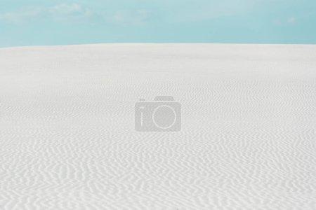 Photo pour Beautiful beach with white textured sand and blue sky - image libre de droit