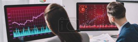 Photo pour Concentration sélective des analystes de données travaillant avec des graphiques sur des écrans d'ordinateur au bureau, prise de vue panoramique - image libre de droit